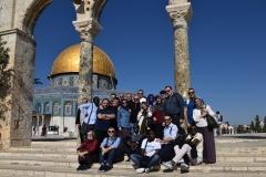 1. Foto di gruppo alla Spianata delle Moschee, sullo sfondo la Cupola della Roccia