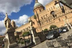 Il racconto dell'arte. La cattedrale di Palermo è stata costruita su una moschea riadattata al culto cristiano. All'interno si possono ancora ammirare archi di stile arabico ed una colonna con iscrizioni in arabo.
